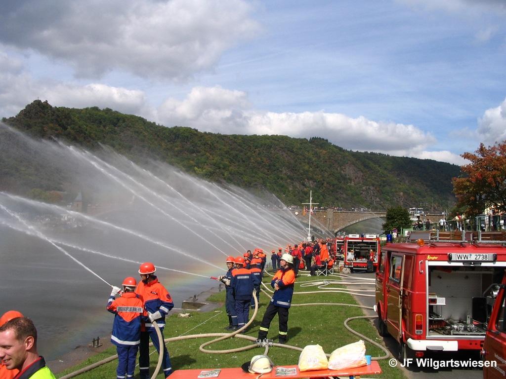 Guinness-Buch der Rekorde: Jugendfeuerwehr aus Rheinland-Pfalz errichtete 2007 entlang der Mosel die längste Wasserwand der Welt.