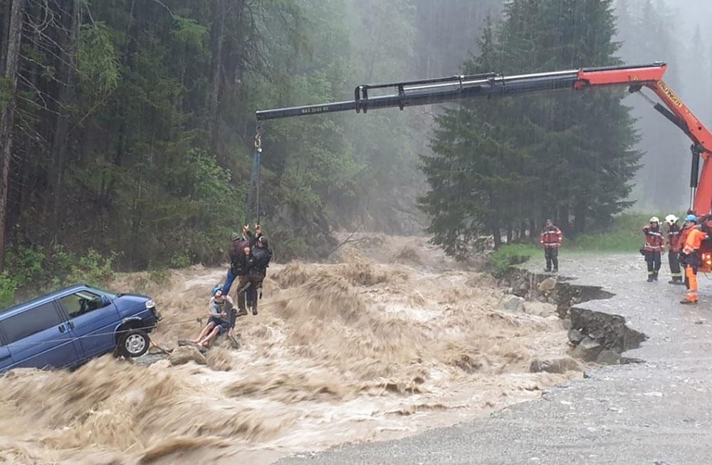 Sturzflut überrascht Urlauber in einem Campingbus in der Schweiz.