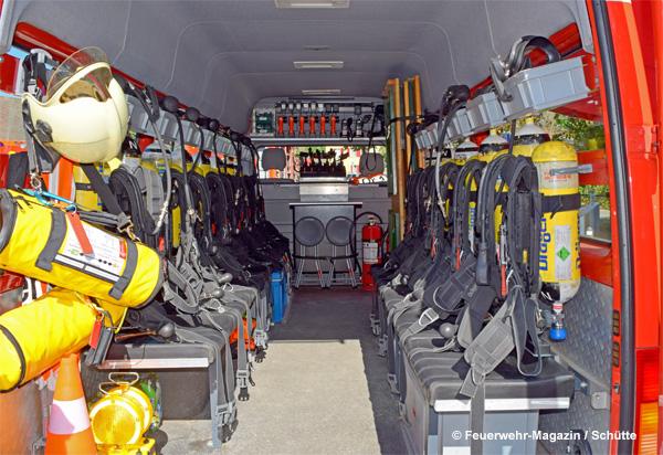 Schweizer Feuerwehr: Atemschutzfahrzeug bzw. Atemschutzbus mit bis zu 15 Sitzplätzen, von denen sich 13 mit PA ausstatten können